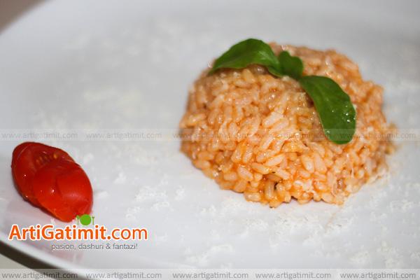 pilaf-oriz-receta-domate-gatime-kuzhina-ushqime-dieta-vegjetarjan-foto